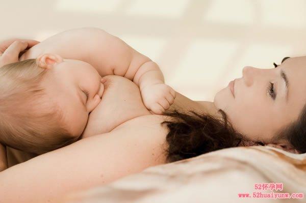 温馨的母乳喂养时刻